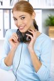lyssnar musik till fotografering för bildbyråer