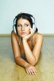 lyssnar musik till arkivbild