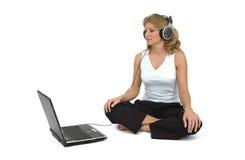 lyssnar musik till kvinnan Arkivfoton