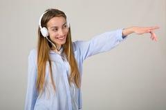 lyssnar musikkvinnan Royaltyfri Bild