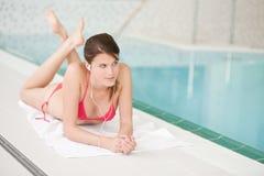 lyssnar musikpölen kopplar av simning till kvinnan royaltyfri bild