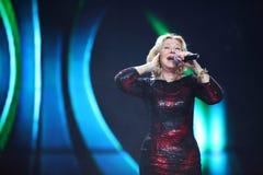 Lyubov Uspenskaya在场面唱歌 免版税库存图片