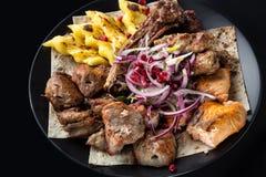 Lyulya kebab, shish kebab, adra na czarnym talerzu, piec na grillu łosoś ryba, cebuli i granatowa, Zamyka w górę wizerunku z sele Obrazy Stock
