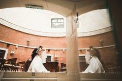 Lyx att gifta sig brölloppar, brud och brudgum som poserar i gammal stad Arkivbild