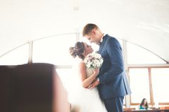 Lyx att gifta sig brölloppar, brud och brudgum som poserar i gammal stad royaltyfri fotografi