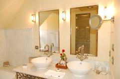 lyx för badrumhotellinterior Arkivfoto