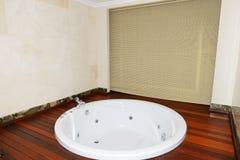 lyx för lägenhetbadrumbubbelpool Arkivbild