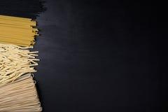 lyx för livsstil för utmärkt mat för carpacciokokkonst italiensk Pastasortiment på ett svart bräde, en bästa sikt och ett utrymme Arkivbild