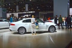 Lyx för salong för bil för vit Juguar Moskva internationell Arkivfoton