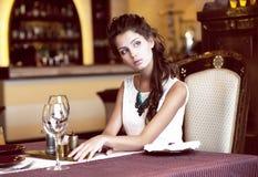 Lyx. Flott romantisk kvinna i restaurang. Förväntning royaltyfri fotografi