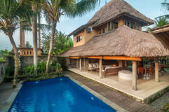 Lyx, klassiker och privat Balinesestilvilla med den utomhus- pölen Royaltyfria Foton