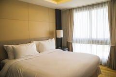 Lyx modernt hotellrum gjorde ren och ordnar till för incheckning Arkivfoto