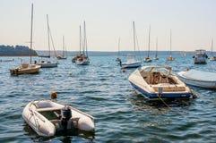 Lyx seglar, och fartyg på havet vinkar Simma i vinden på vågorna i havet royaltyfri foto