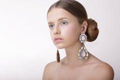 lyx Sofistikerad kvinna med pärl- örhängen med diamanter royaltyfri bild