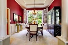 Lyx som äter middag område med den ljusa röda väggen Royaltyfri Bild