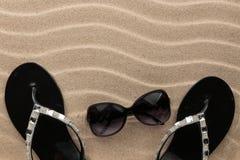 Lyx som dekoreras med misslyckanden och solglasögon för bergkristallstrandflip royaltyfri fotografi