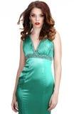 lyx Välformad kvinna i silkeslen Sleeveless klassisk klänning royaltyfria bilder