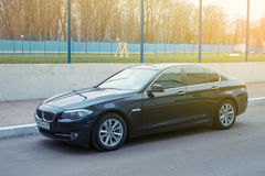 LyxBmw kupé för 5 serie som parkeras i förorterna av Moskvastaden, ny modell av märket BMW Arkivbild
