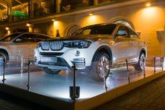 LyxBmw x4 på natten, ny modell av märket BMW nära återförsäljarevisningslokalen Arkivfoto
