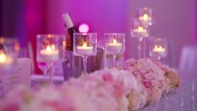 Lyxdekorerat bord för bröllopsmiddag stock video