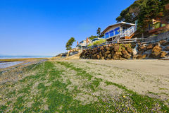 Lyxhus med utgången till den privata stranden, Burien, WA Arkivbild