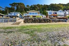 Lyxhus med utgången till den privata stranden, Burien, WA Arkivfoton
