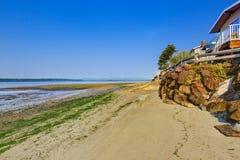 Lyxhus med utgången till den privata stranden, Burien, WA Fotografering för Bildbyråer