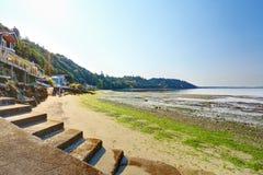 Lyxhus med utgången till den privata stranden, Burien, WA Royaltyfri Bild