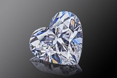 Lyxig akromatisk genomskinlig mousserande gemstoneformhjärta klippte diamanten som isolerades på svart bakgrund royaltyfri bild