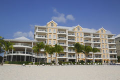 Lyxig andelslägenhet som lokaliseras på sjuna Miles Beach på den storslagna kajmannen Royaltyfri Fotografi