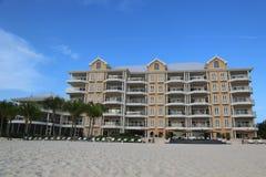 Lyxig andelslägenhet som lokaliseras på sjuna Miles Beach på den storslagna kajmannen Royaltyfri Foto