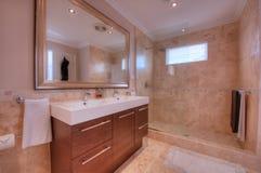 Lyxig badrum i modern utgångspunkt Royaltyfri Foto