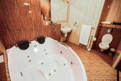 Lyxig badrum med den gigantiska bubbelpoolen arkivfoton