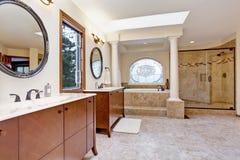 Lyxig badruminre med kolonner Arkivbild