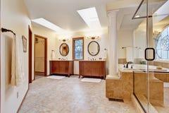 Lyxig badruminre med takfönstret Arkivfoton