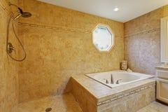 Lyxig badruminre med tegelplattaklippning Royaltyfri Foto