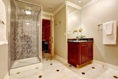 Lyxig badruminredesign med bastu Arkivbilder