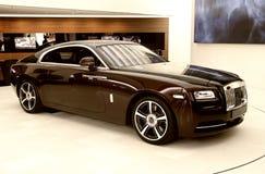 Lyxig bil i visningslokalen royaltyfri foto