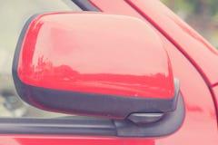 Lyxig bil stängd vingspegel, når att ha parkerat arkivfoton