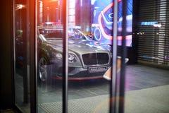 Lyxig bilhuvudlampa Ryss moscow juli 22, 2018 Bentley kobraupplaga Bil i handelhuset TSUM royaltyfri fotografi