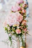 Lyxig blomma av blommor på tabellen Arkivfoton