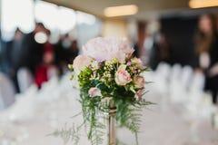 Lyxig blomma av blommor på tabellen Arkivfoto
