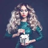 Lyxig blondin med en gåva Royaltyfri Fotografi
