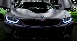 Lyxig BMW i8 hybrid- elektrisk kupé Inkopplingshybrid- sportbil Begreppselkraftmedel Mörk Matt färg Bilyttersidadetaljer Royaltyfri Fotografi