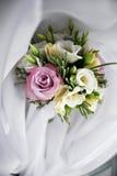 Lyxig bröllopbukett Begreppet av förbindelsen och förälskelse tillbehör för precis gift ceremoninärbild blommar nytt Royaltyfri Fotografi
