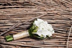Lyxig bröllopbukett Begreppet av förbindelsen och förälskelse tillbehör för precis gift ceremoninärbild blommar nytt Royaltyfri Foto