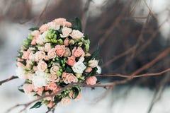 Lyxig bröllopbukett Begreppet av förbindelsen och förälskelse tillbehör för precis gift ceremoninärbild blommar nytt Arkivfoton