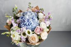 Lyxig bröllopbukett Begreppet av förbindelsen och förälskelse tillbehör för precis gift ceremoninärbild blommar nytt Royaltyfria Foton