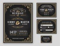 Lyxig bröllopinbjudan med svart tavlabakgrund vektor illustrationer