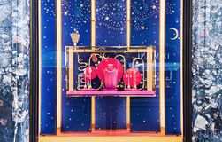 Lyxig Bvlgari jul shoppar fönsterskärm Arkivbilder